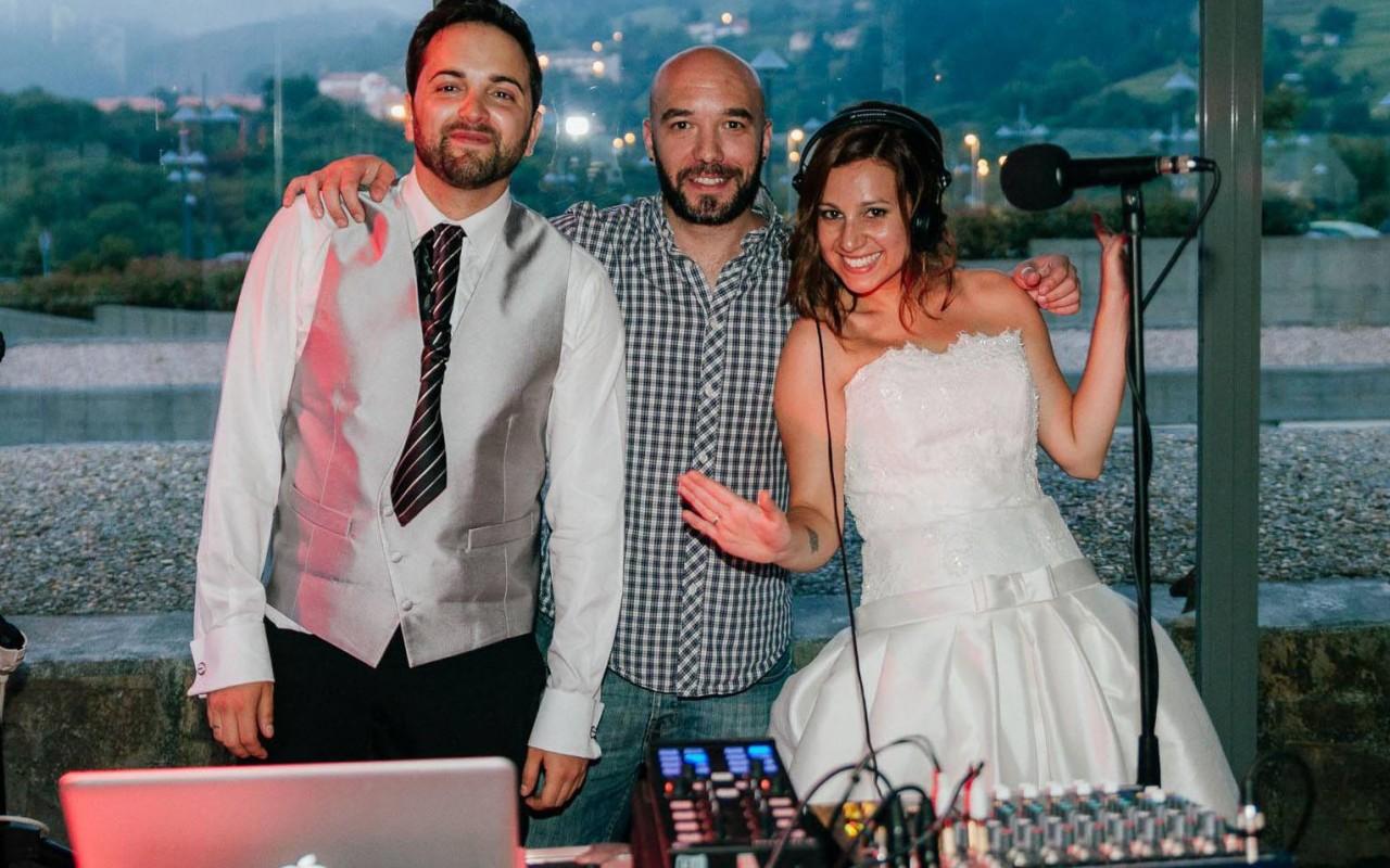 Sergio Calderón y pareja de novios